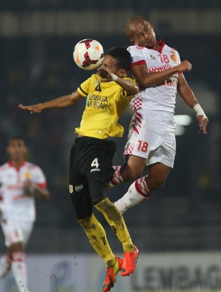 Pertahananan Kelantan Mohamad Nazri Ahmad kanan mencabar bola di udara dalam perlawanan semalam di Ipoh. Pasukan Kelantan tewas 2-1 kepada Perak dalam aksi Liga Super di Stadium Perak.