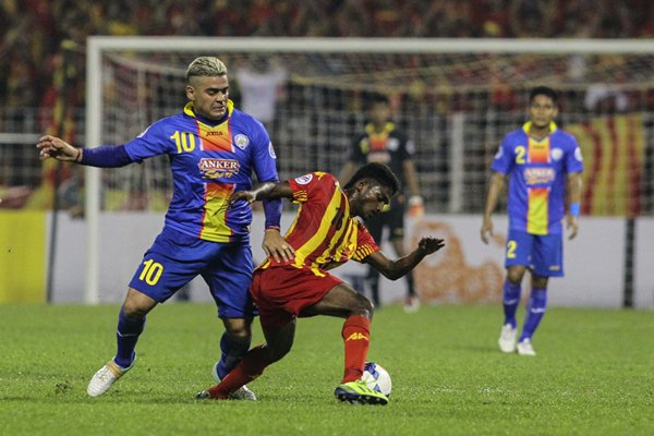 Arema?s Alfaro Gonzales challenges Selangor?s S. Kunanlan in their AFC Cup match. The match ended 1-1.