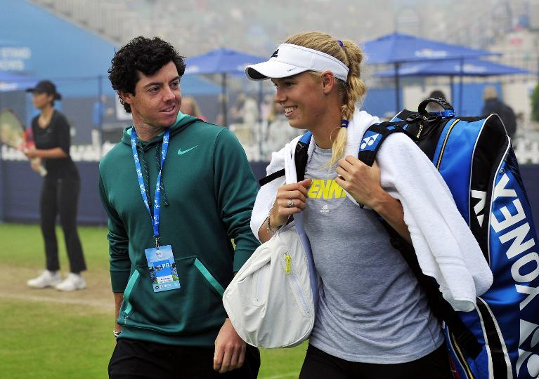 Northern Irish golfer Rory McIlroy walks with his girlfriend, Denmark tennis player Caroline Wozniacki in Eastbourne, England, on June 20, 2013 (AFP Photo/Glyn Kirk)