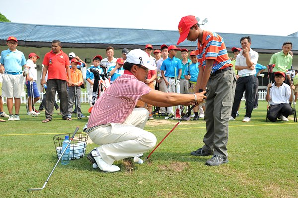 THE RIGHT WAY: leads a masterclass for local Malaysian kids at the EurAsia Cup. ASIAN TOURpic