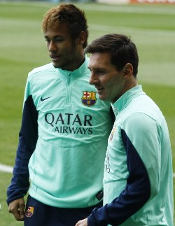 Barcelona's Argentinian forward Lionel Messi (R) and Barcelona's Brazilian forward Neymar da Silva Santos Junior (L) stand during a training session at the FC Barcelona Mini Stadium in Barcelona on January 3, 2014. AFP PHOTO / QUIQUE GARCIA