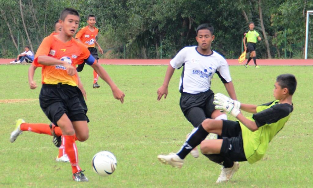 SMK Seksyen 11 (in orange/black kit) against SMK Za'ba (in white/black kit)