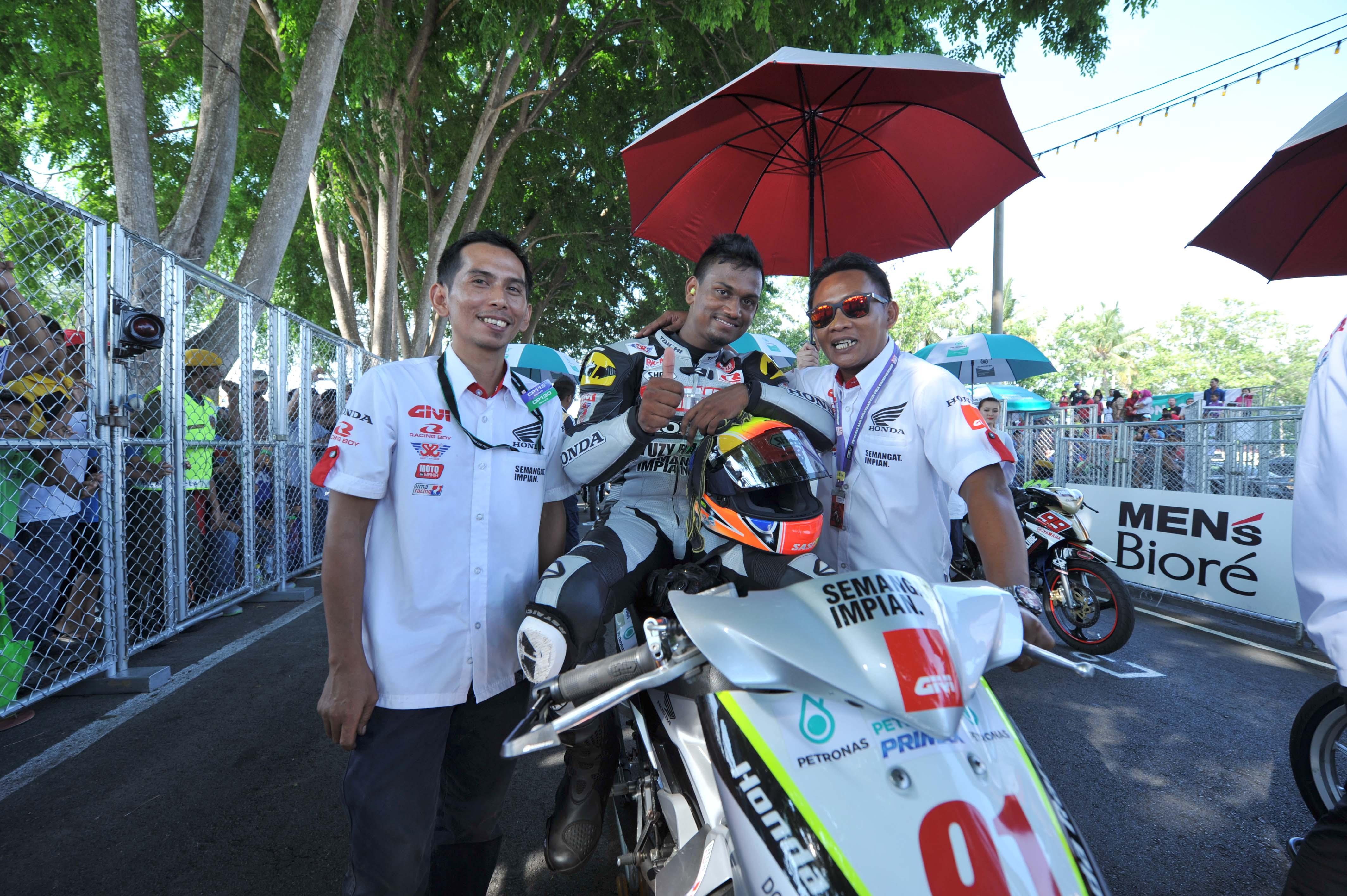 Sasitharen and Shahrol Yuzy on the CP130 starting grid in Muar