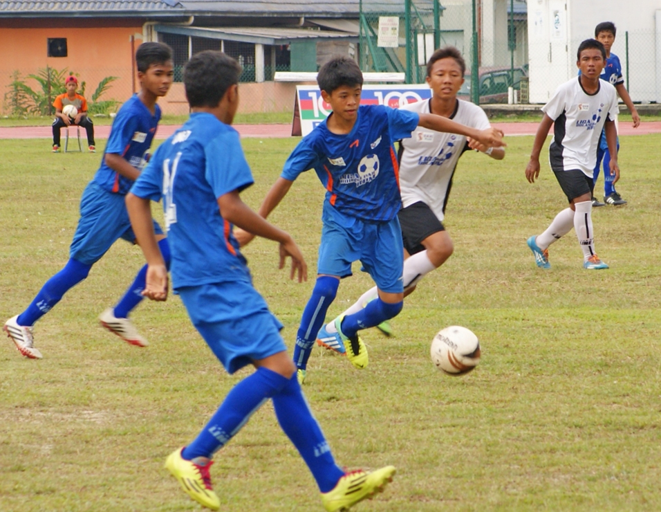SMK Seri Titiwangsa (in all blue kit) against SMK Syed Hassan (in white / black kit) against