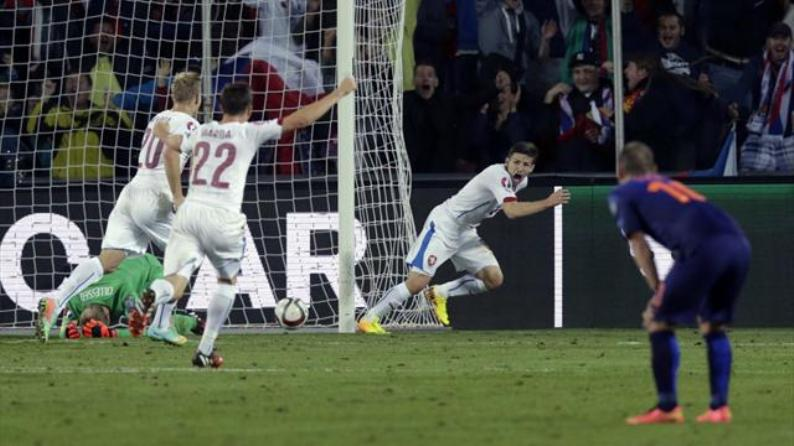 A late goal from Vaclav Pilar saw Hiddink's Netherlands slip to a 2-1 defeat to the Czech Republic in Prague