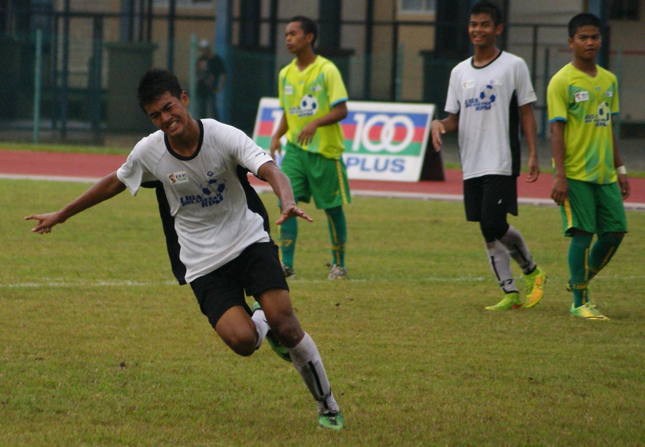SMK Tunku Anum (in all green kit) vs Bukit Jalil Sports School (in white / black kit)