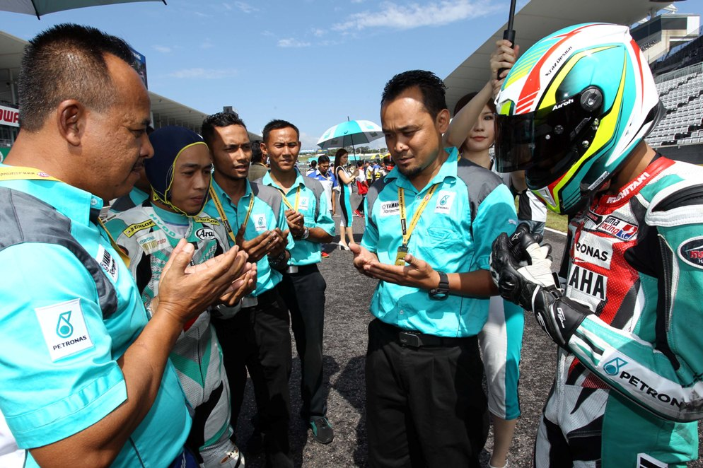 Ahmad Fazli Sham (right) with PETRONAS Yamaha CKJ at the Suzuka Circuit