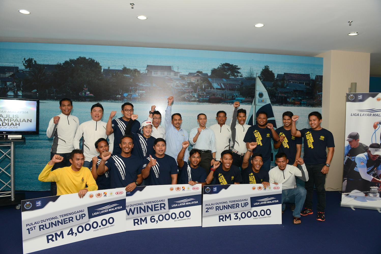 The prize-winner posing with Terengganu deputy secretary of management Samiun Salleh.