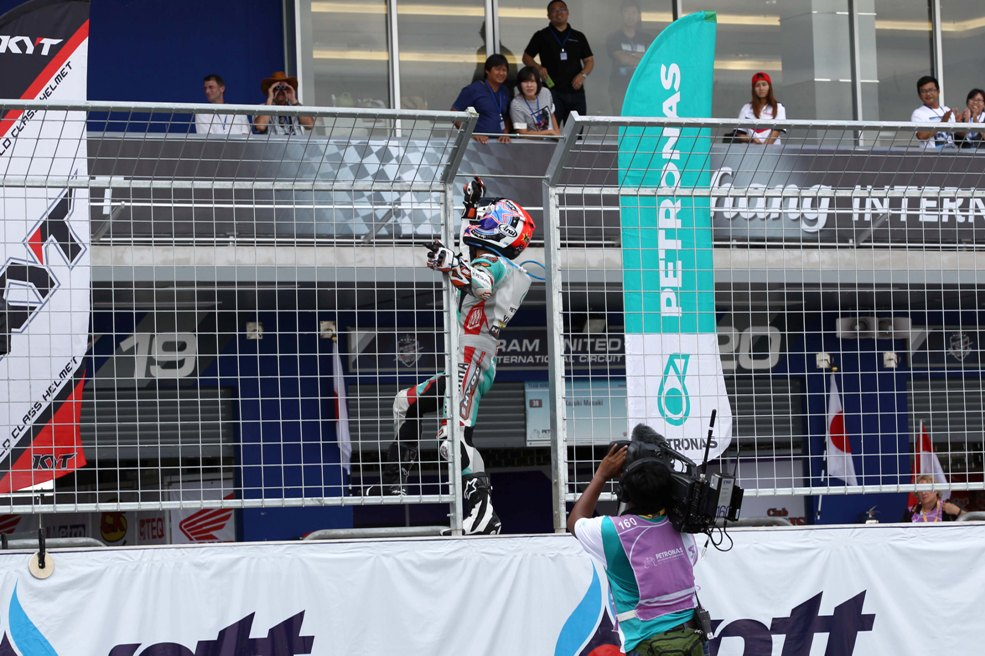 Yuki Ito celebrating his SuperSports 600cc Race 1 win in Thailand