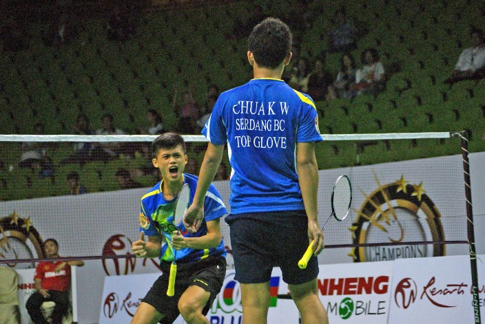 Aksi regu Alfred Lau(kiri) dan Chua Khek Wei dari pasukan Serdang BC setelah menewaskan pasangan Chen Jia Huo & Ng Di Hua dari pasukan Petaling BC dalam Kejohanan Cabaran Juara-Juara Resorts World Genting 2015.