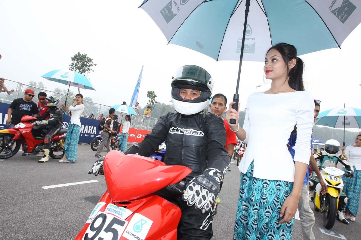 Fifie yang beraksi bersama pasukan BHP-Petrol Tabuan Racing dalam kelas terbuka untuk musim ini dipayung oleh gadis litar di bawah cuaca panas terik.