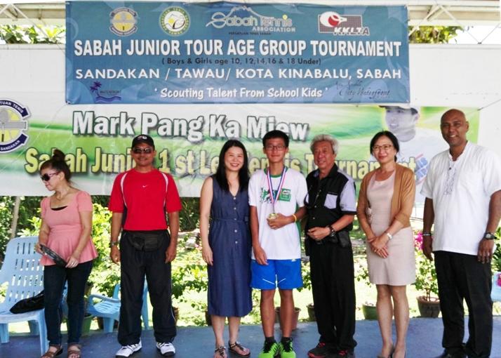 Hiew Kee Jun receiving his medals from Anggie Pang with    Johnson Koh, Fernando, Mary Chin & LDU DTA Jainal.