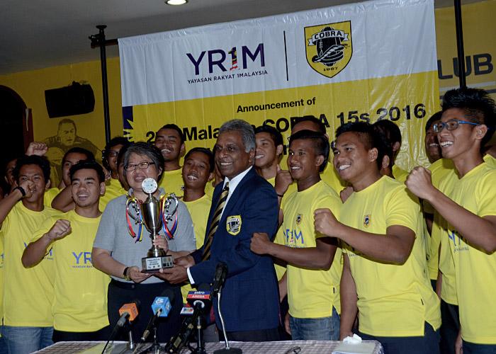 Upacara Pengumuman Kejohanan Ragbi 1 Malaysia Cobra 15 Sepasukan(B19) kali ke2 dan penyerahan trofi kejohanan oleh Ketua Pegawai Eksekutif Yayasan 1Malaysia Ms Ung Su Ling kepada Presiden Kelab Ragbi Cobra Lt. Kol.(B) Tommy Pereira semasa sidang media yang telah diadakan di Kelab Cobra, Petaling Jaya. Kredit Foto - Sukandaily