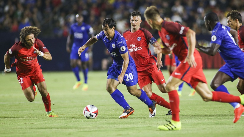 Leicester City striker Shinji Okazaki, (2nd L), controls the ball against Paris Saint Germain during their International Champions Cup (ICC) game  at StubHub Center in Carson, California on July 30, 2016. / AFP / RINGO CHIU        (Photo credit should read RINGO CHIU/AFP/Getty Images)