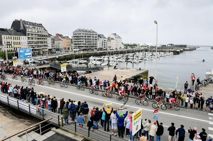 Tour de France 2016 - 03/07/2016 - Etape 2 - Saint-Lo/ Cherbourg-en-Cotentin (183km) - Le peloton dans le port de Cherbourg