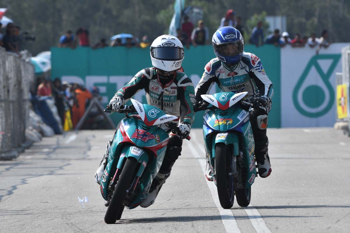 Team PETRONAS Yamaha Maju Motor rider; Kasma Daniel Kasmayudin(kiri) & Ahmad Afif Amran.