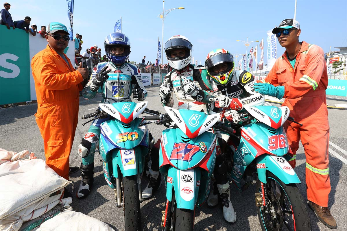 PETRONAS Yamaha Maju Motor rider Mohd Akid Aziz #96(right) enjoyed a runaway performance to win the 15-lap finals with a time of 13:43.049s.