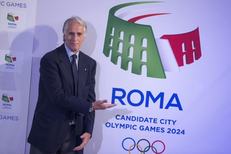Giovanni Malagò  Rome 2024 sign